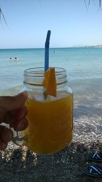 Bibita sulla spiaggia a Monolitos